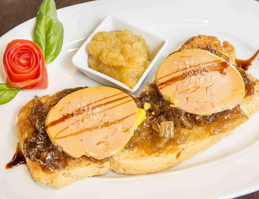Tosta de foie de pato con cebolla caramelizada