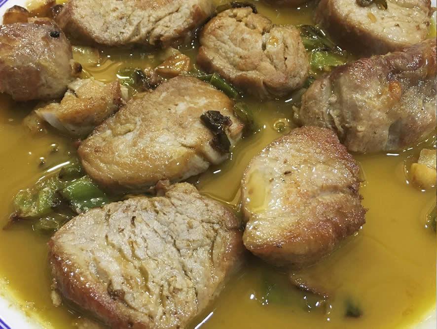 Solomillo de cerdo trinchado con ajos y pimientos verdes